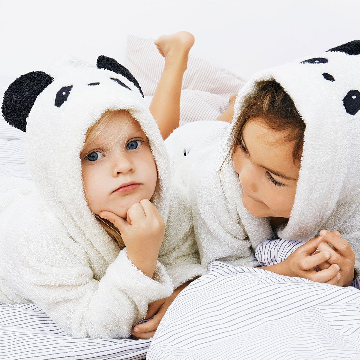 2 kids with Liewood panda bathrobes